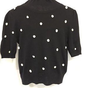 Fine knit top with little pompoms and puff sleeve